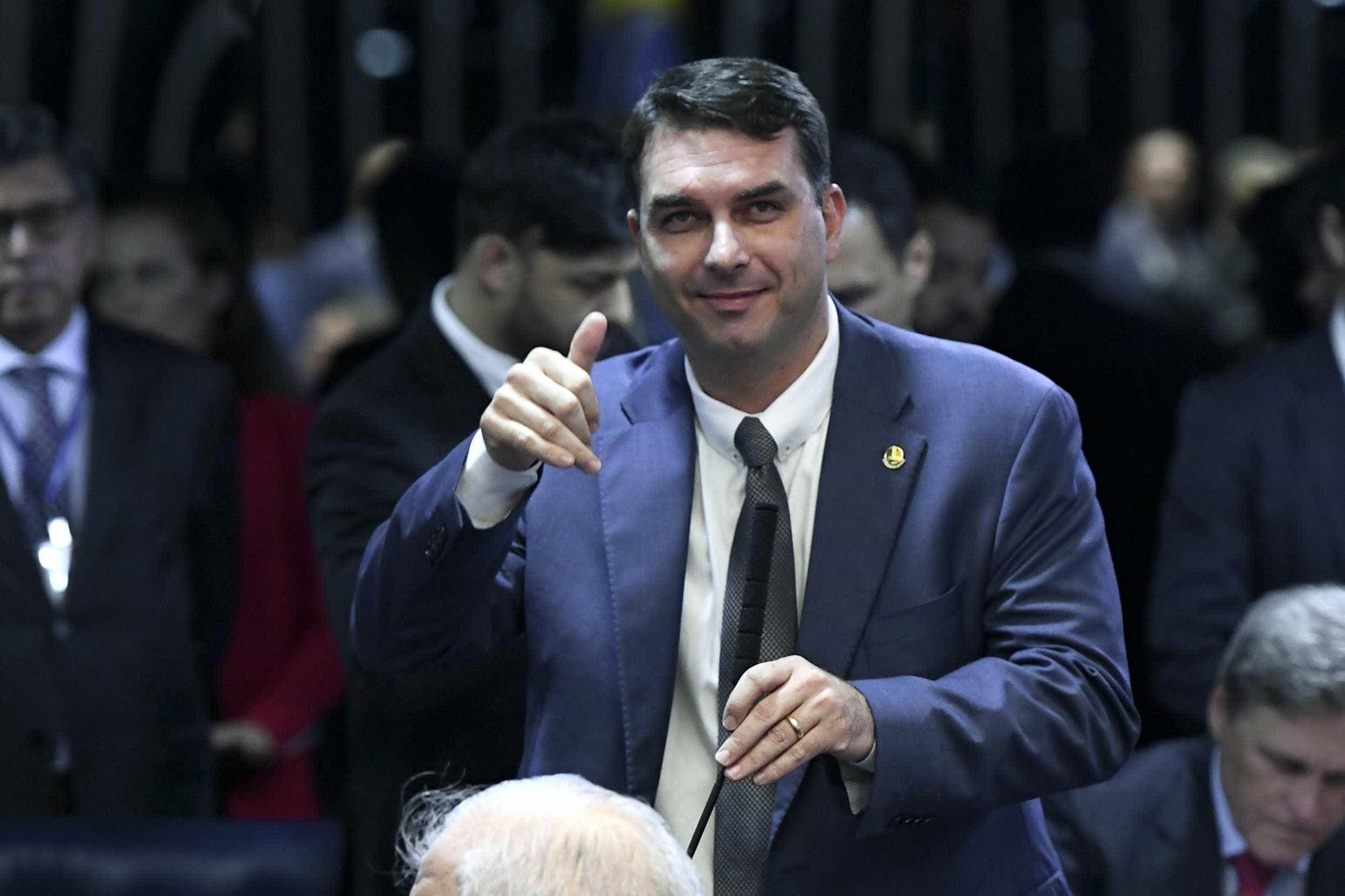 Primeiro projeto de Flávio Bolsonaro libera fábricas de armas no país
