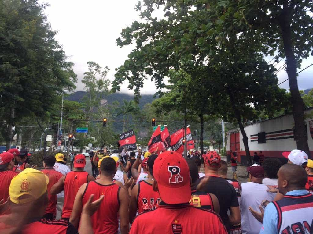 Torcedores do Flamengo fazem homenagem às vítimas do incêndio