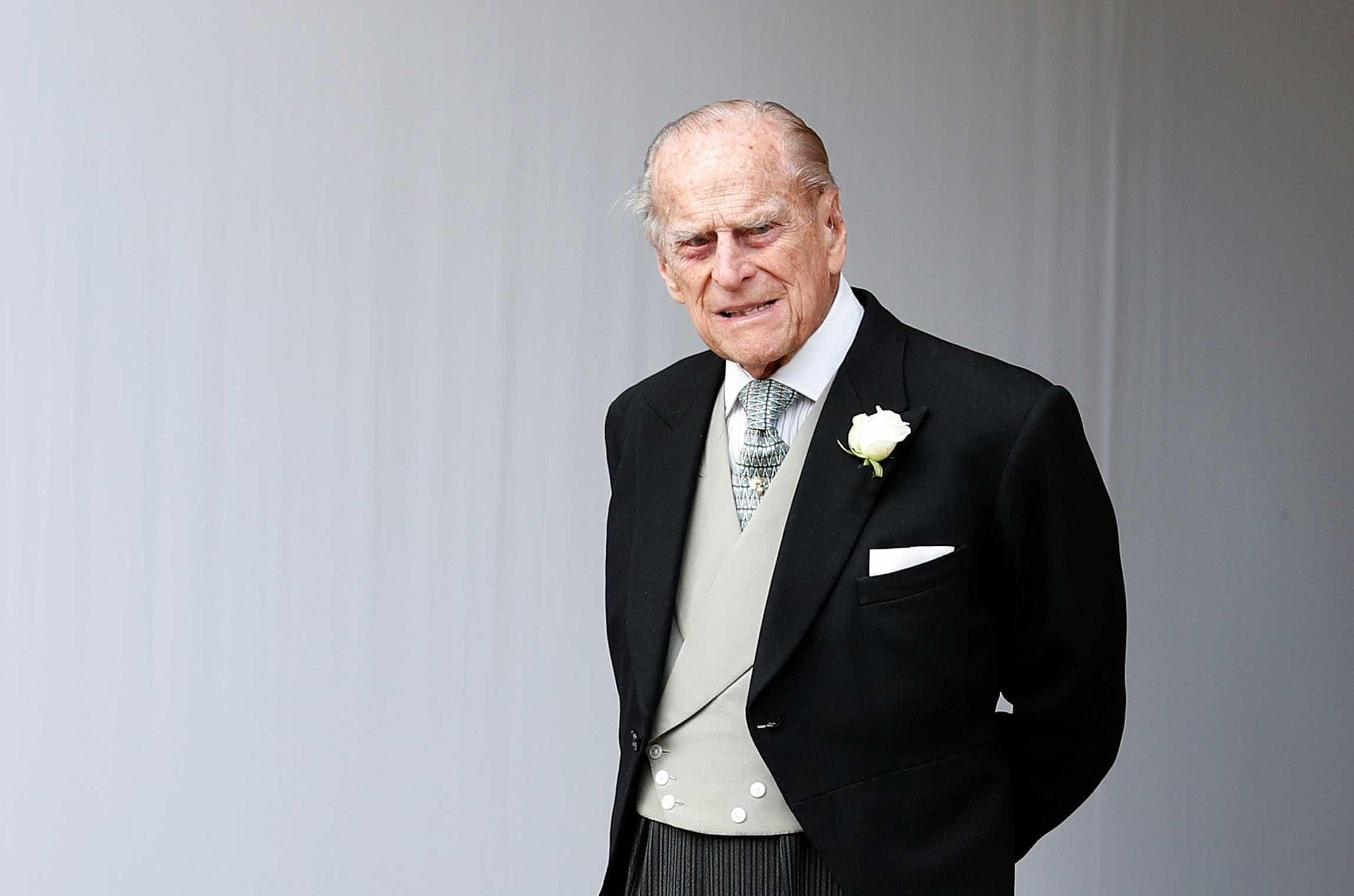 Príncipe Philip entrega carteira de motorista semanas após acidente