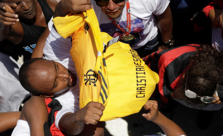 Corpo de goleiro morto em incêndio no CT do Flamengo é enterrado