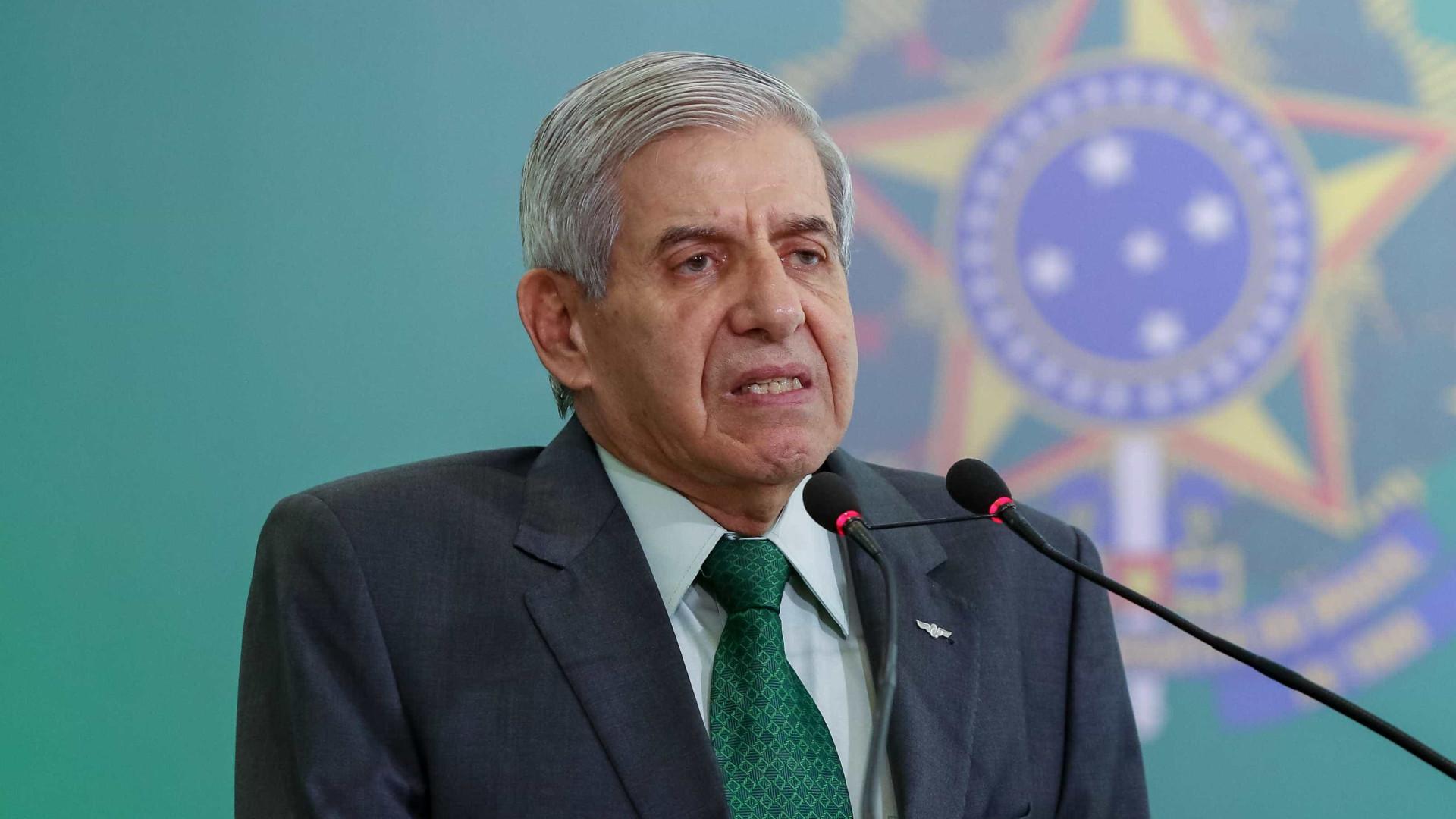 General Heleno se irrita com comparação entre Bolsonaro e Lula