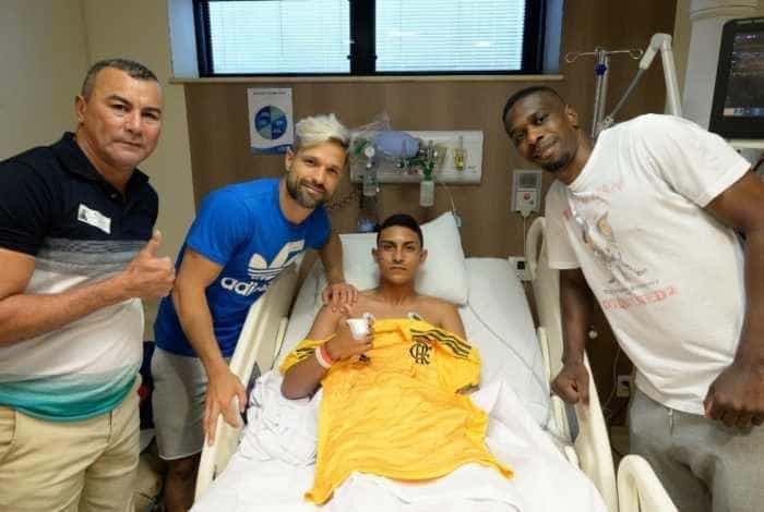 Jogador ferido em incêndio no Flamengo deixa o CTI