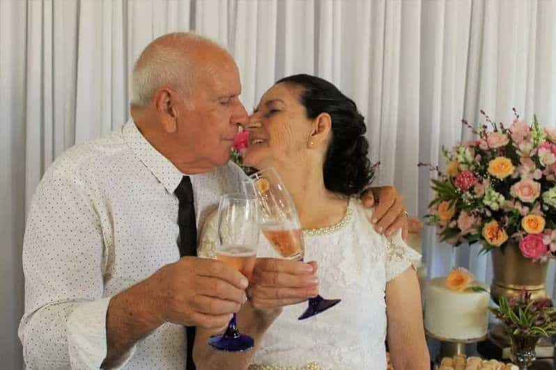 Casal de idosos se casa depois de se conhecer no Tinder
