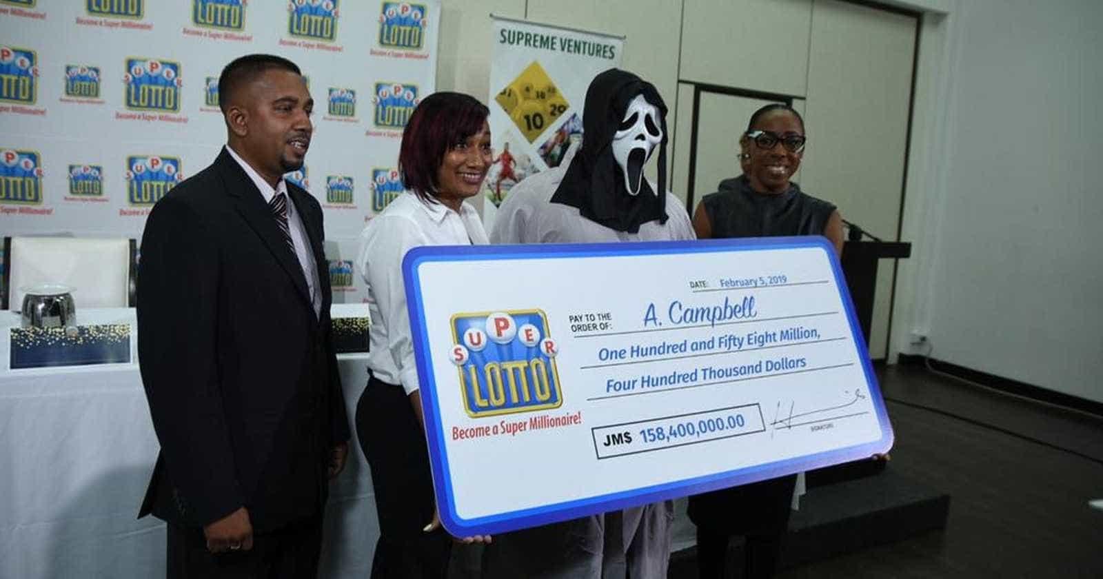 Para não ser identificado, ganhador de loteria recebe prêmio mascarado