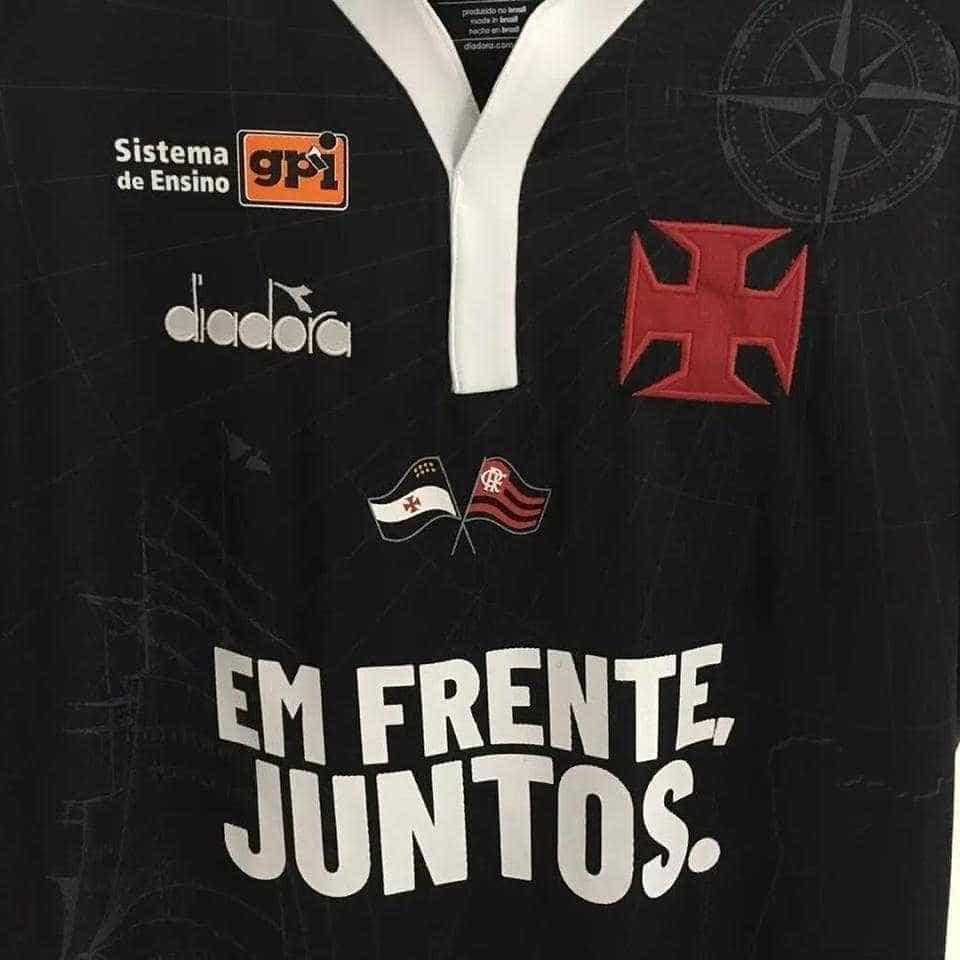 Bandeira do Flamengo em camisa gera crise interna no Vasco; entenda