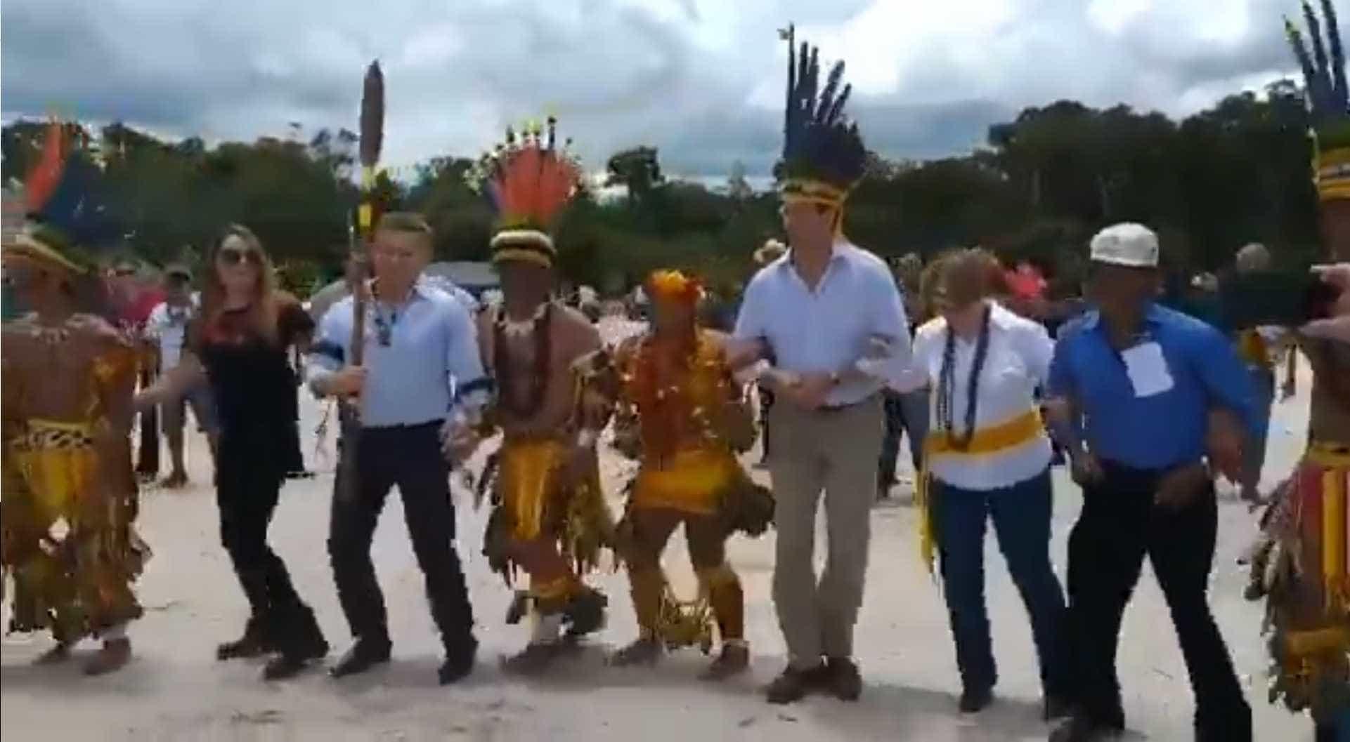 Ministros do Meio Ambiente e da Agricultura dançam com índios; vídeo