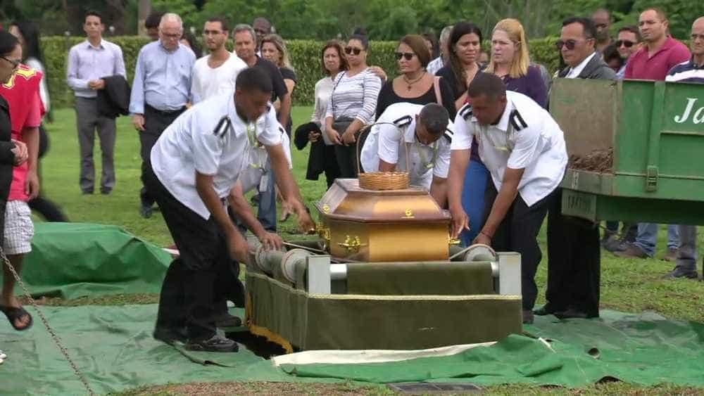 Corpo de jovem sufocado em supermercado é enterrado no Rio