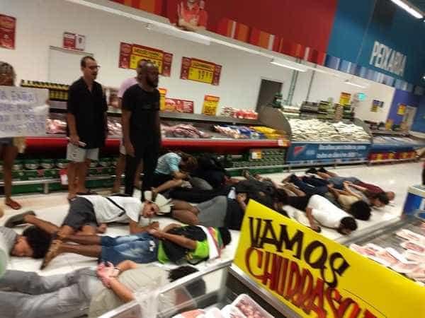 Protestos contra morte de jovem em supermercado mobilizam centenas