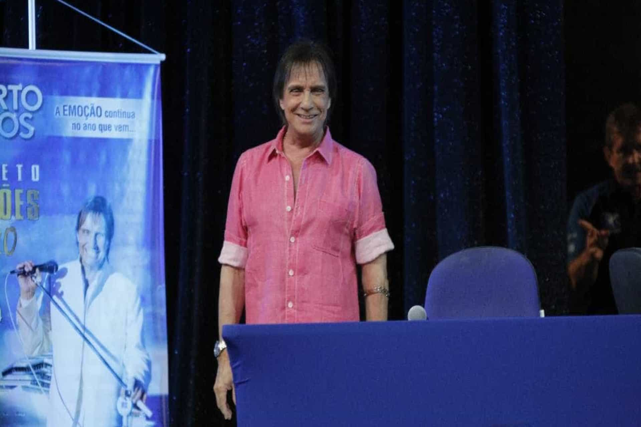 Roberto Carlos troca azul por rosa e opina sobre porte de armas