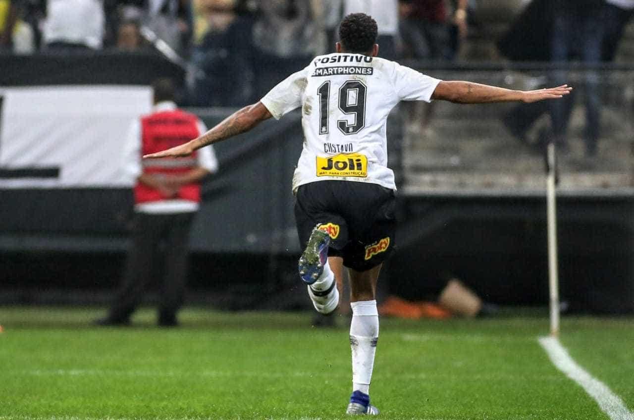 Com arbitragem polêmica, Corinthians vence São Paulo por 2 a 1