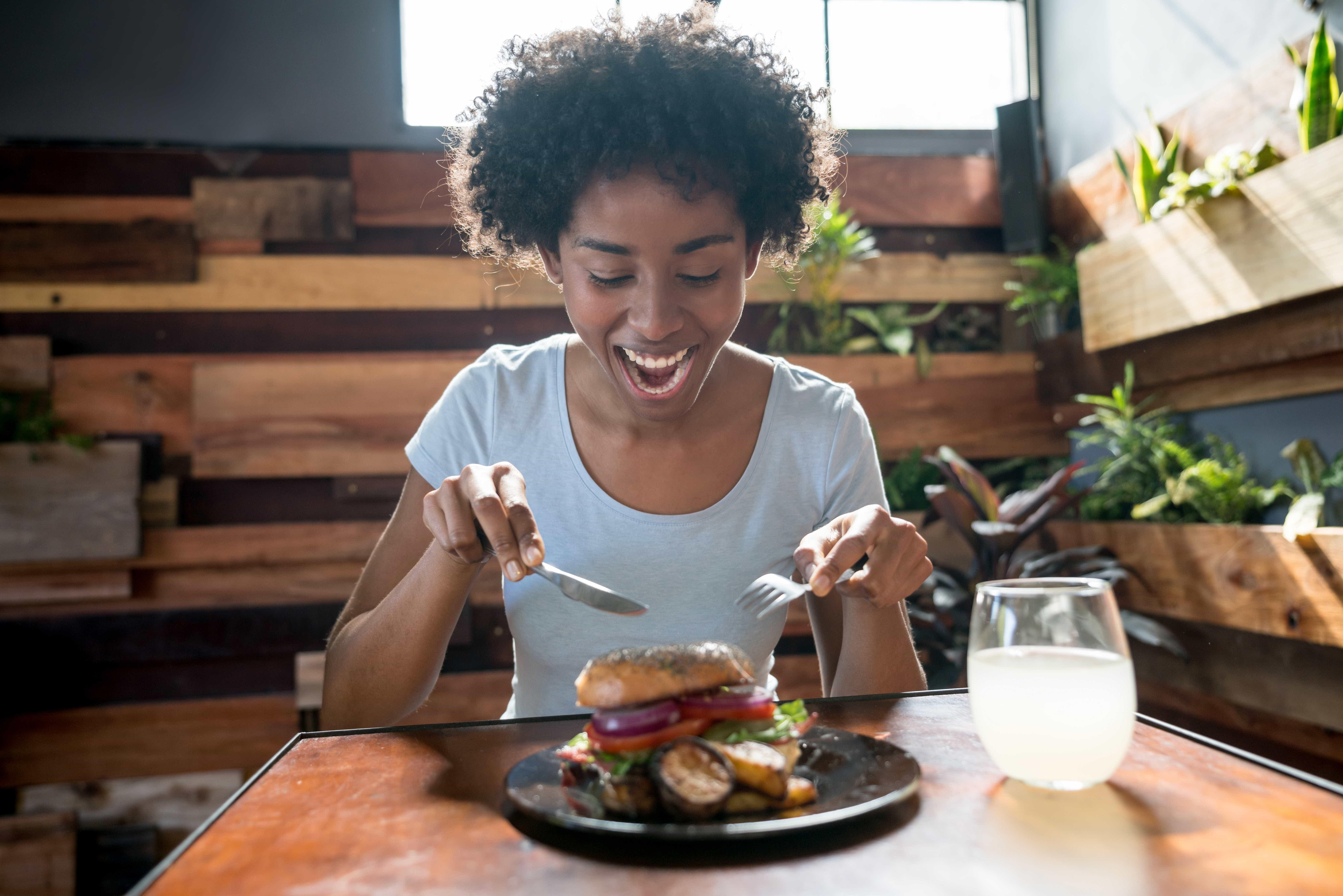 Comer carne processada aumenta risco de doença respiratória