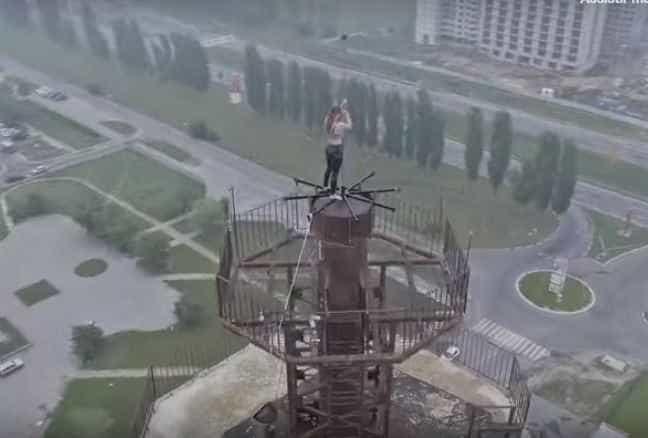 Mulher se arrisca e faz pole dance em topo de prédio de 16 andares