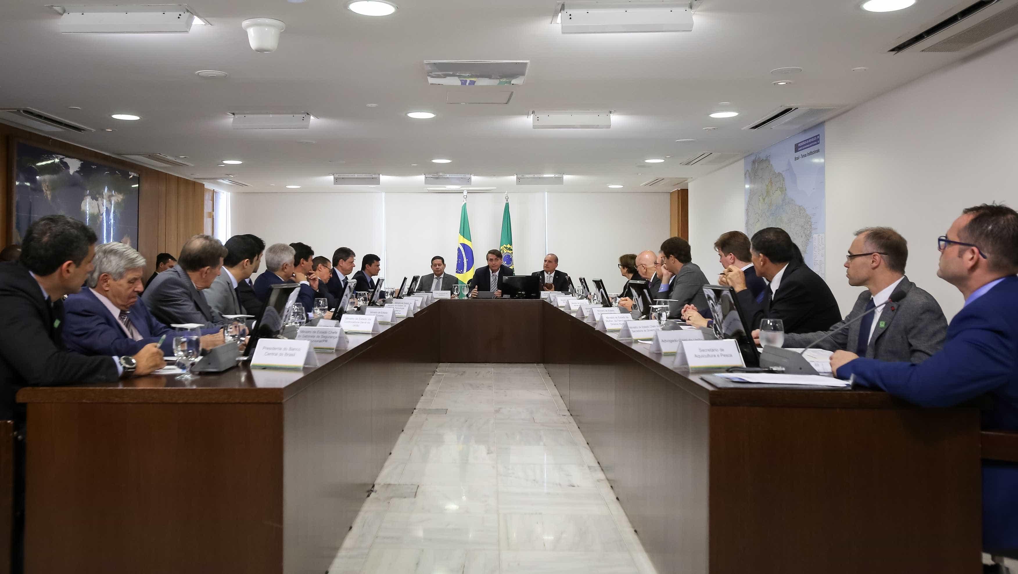 Bolsonaro pede que equipe trate Bebianno como 'página virada'