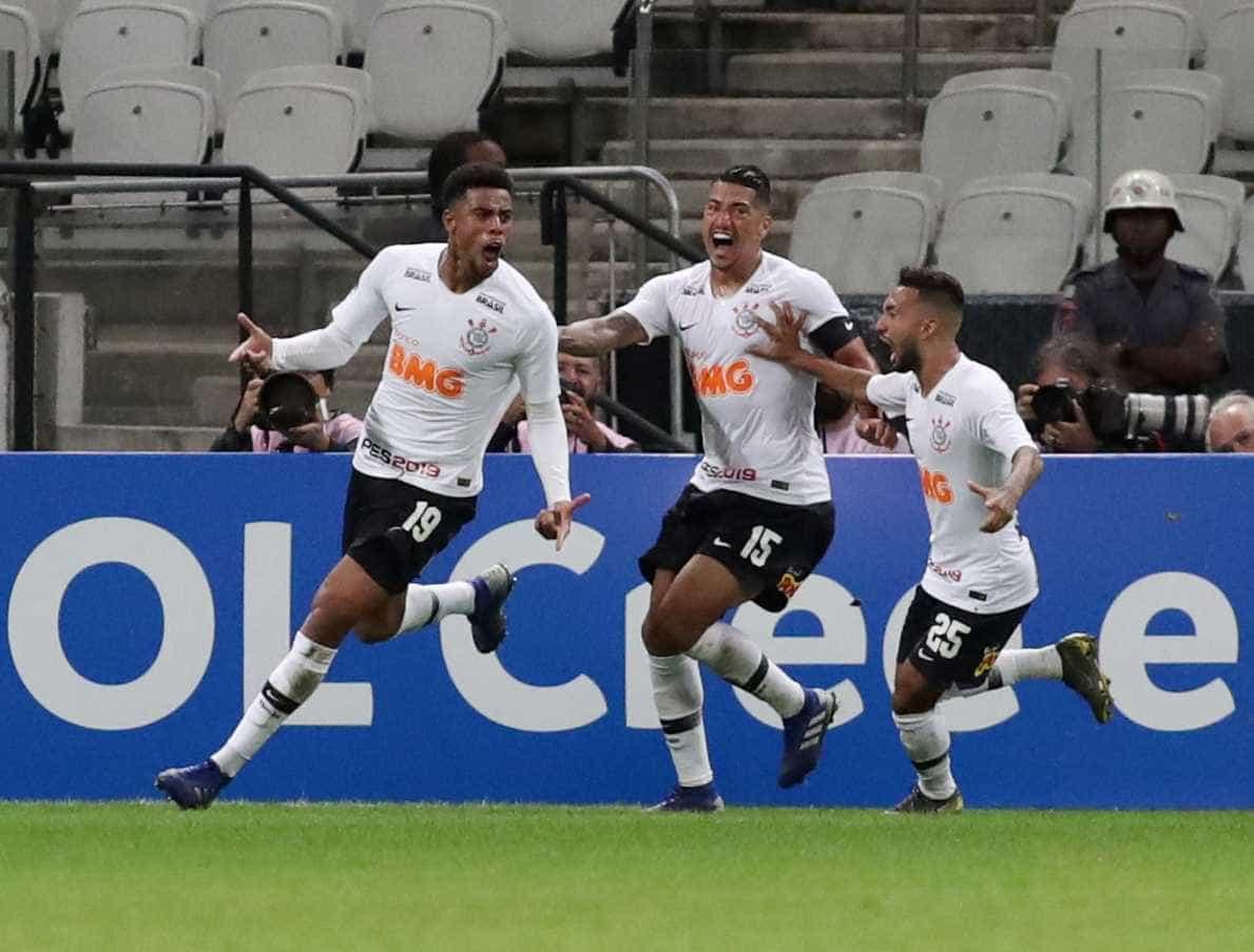 Timão leva susto, mas vira sobre o Avenida e avança na Copa do Brasil
