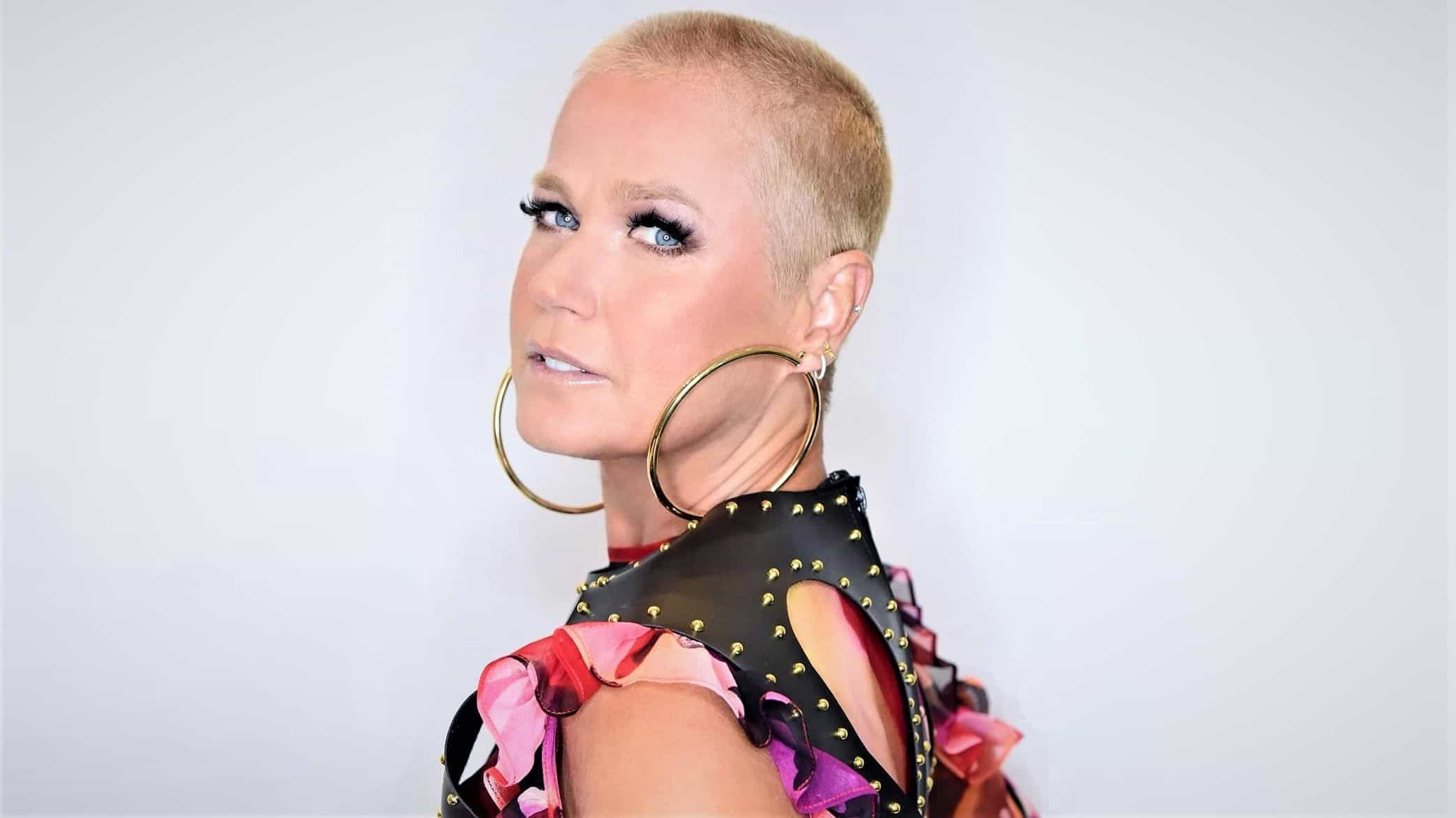 """Xuxa rebate críticas por ter raspado o cabelo: """"Me respeita!"""""""