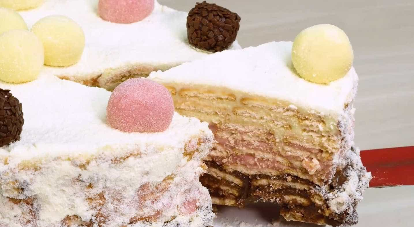 Aprenda a fazer uma torta palha italiana com docinhos de festas