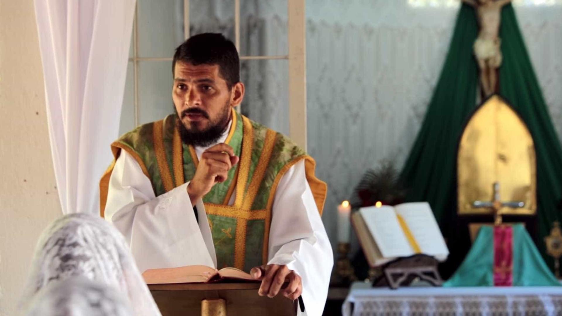 f4ef21a21d3 Jean Rogers Rodrigo de Sousa foi expulso da Igreja Católica pelo Papa  Francisco