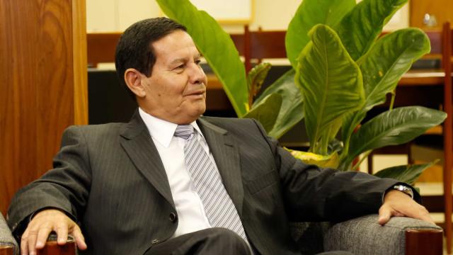 Única solução é Maduro entender que acabou, diz Mourão