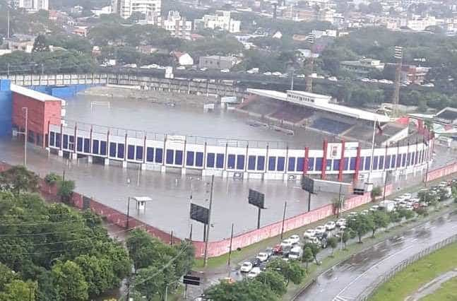 Estádio do Paraná fica alagado após temporal em Curitiba