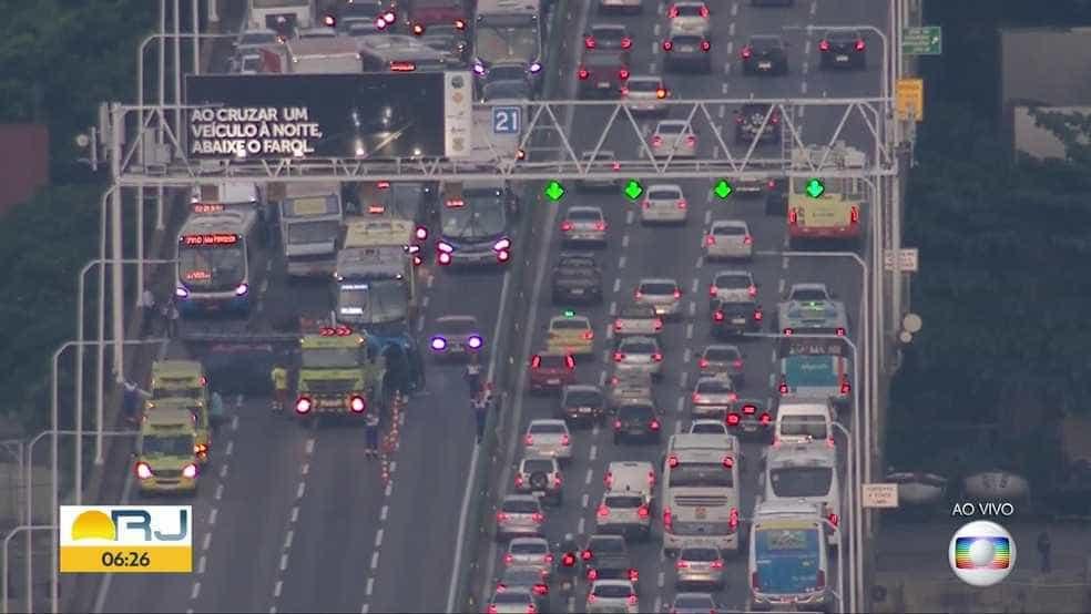 Caminhão bate e interdita trecho da Ponte da Casa Verde em SP