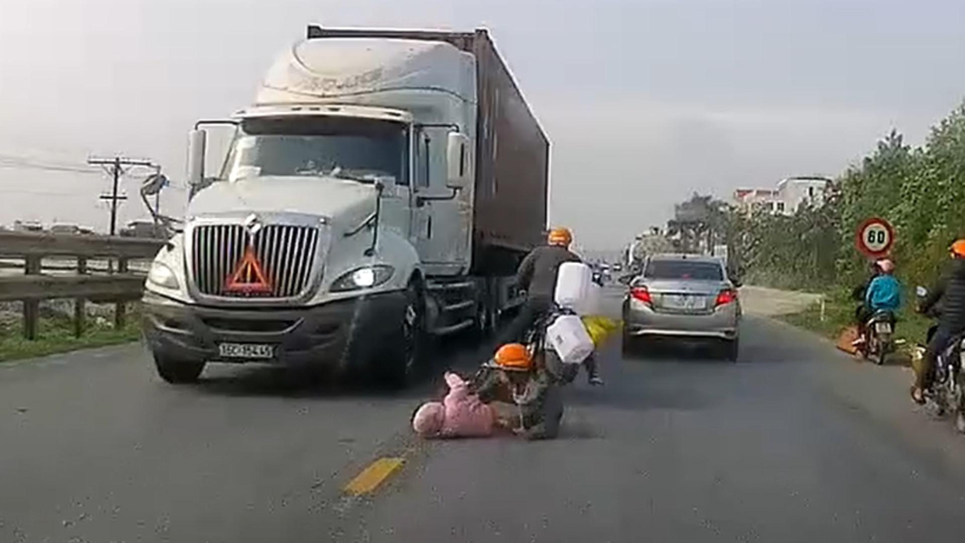 Mãe salva filho milagrosamente em acidente dramático; vídeo