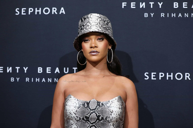Rihanna curte jogo de basquete ao lado do namorado bilionário