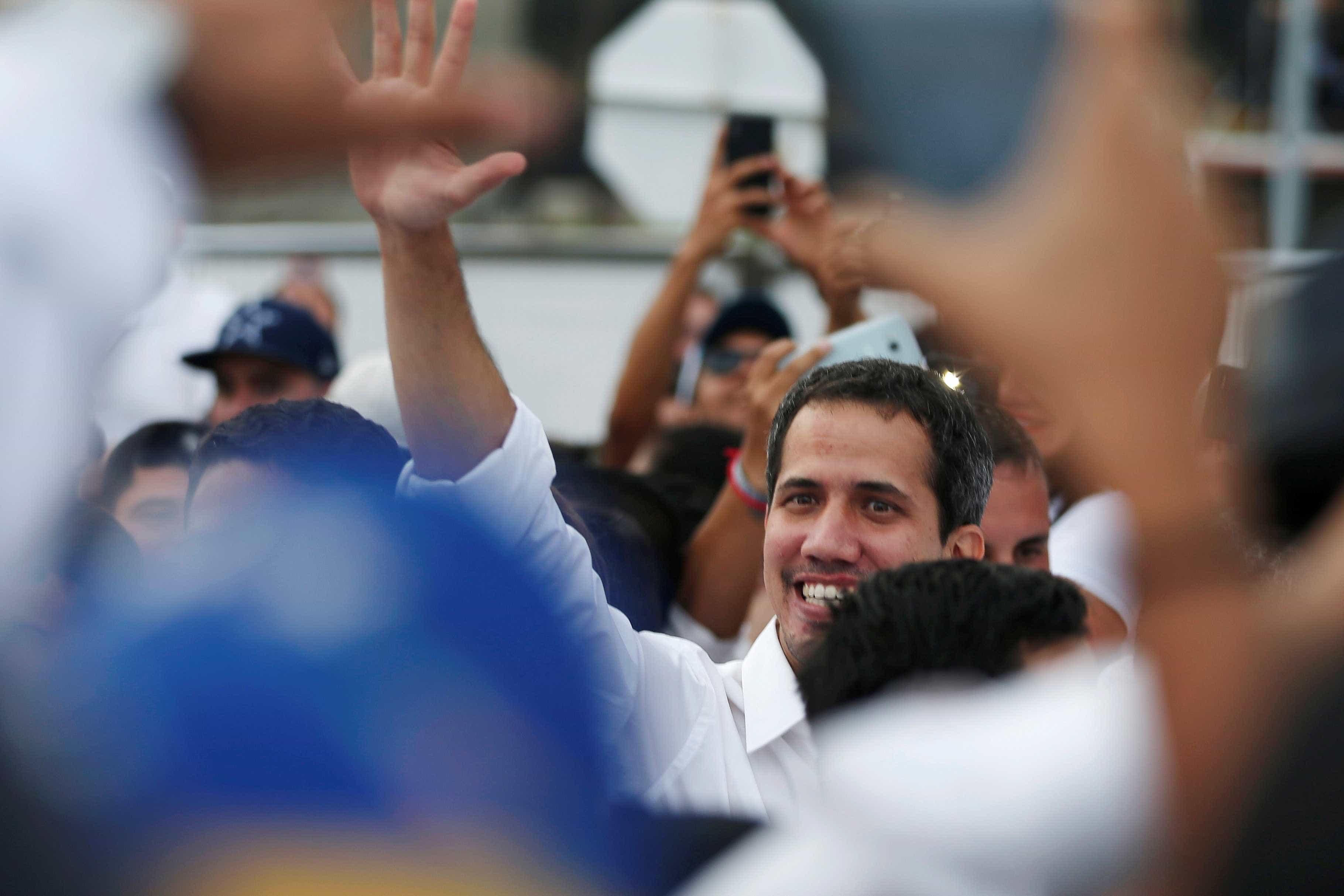 Guaidó cruza fronteira e aparece de surpresa em show na Colômbia