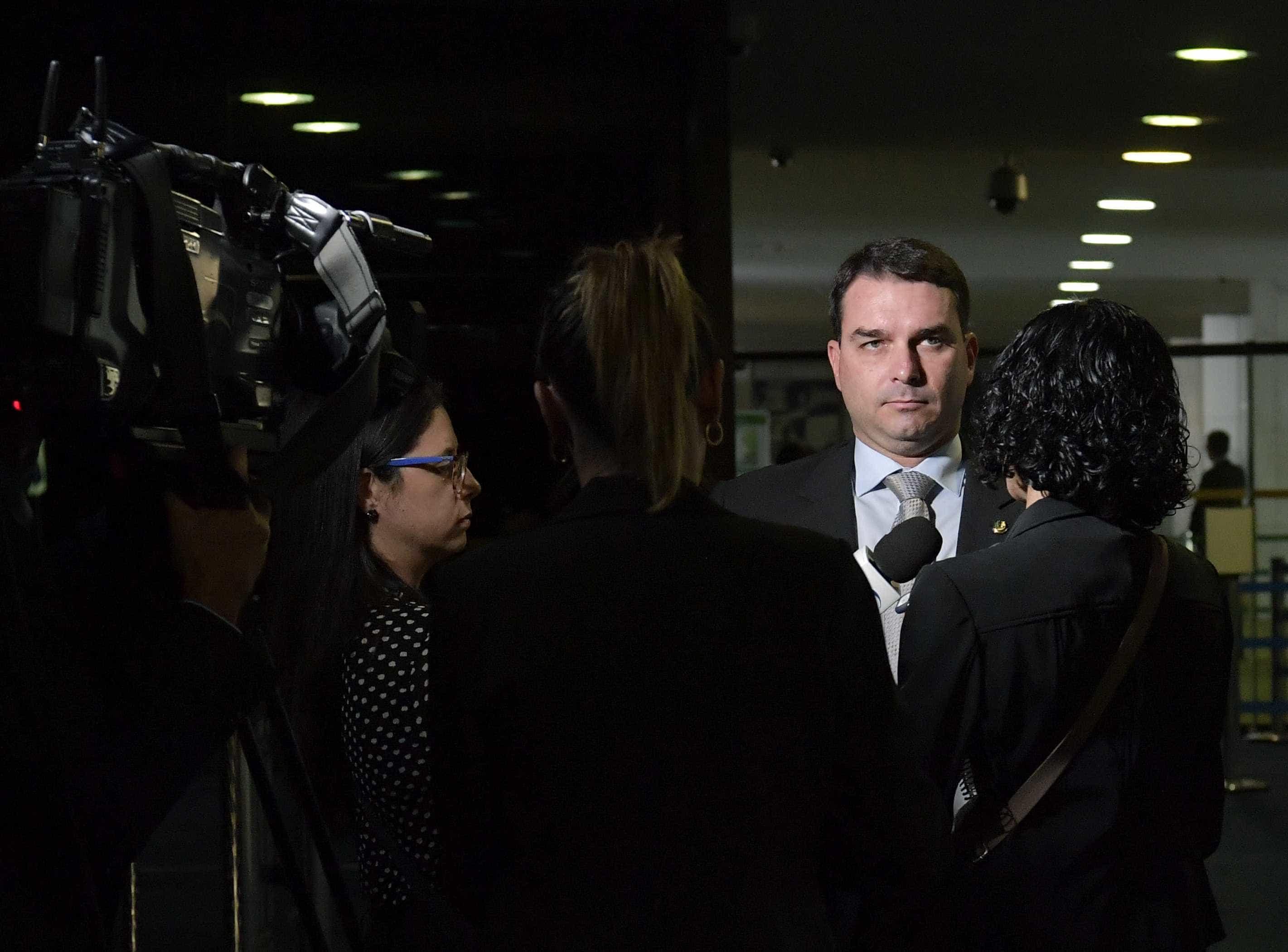 Flávio Bolsonaro demite assessora que repassou verba pública ao marido