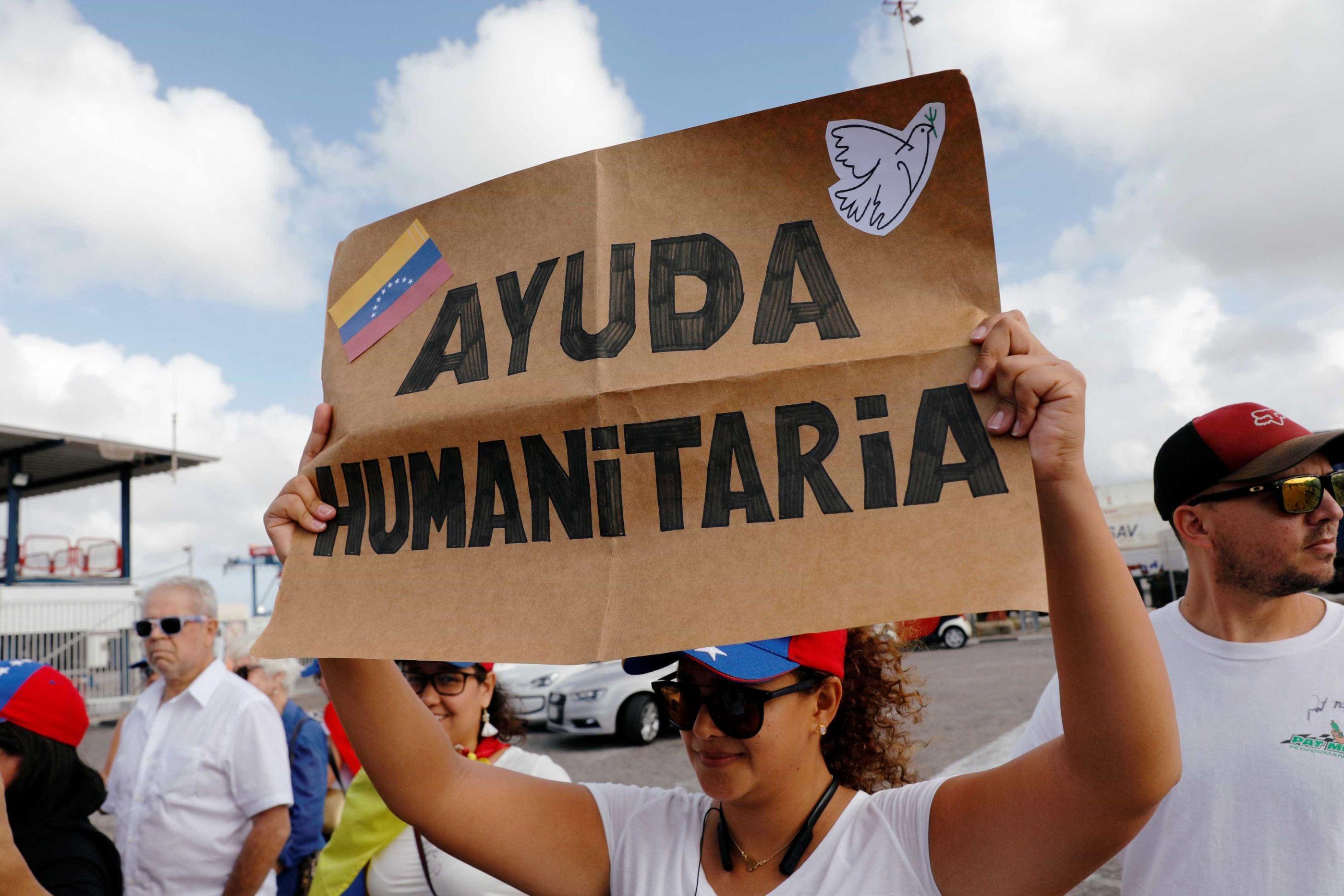 Fotos: pedras, fogo e desespero de quem luta por ajuda na Venezuela
