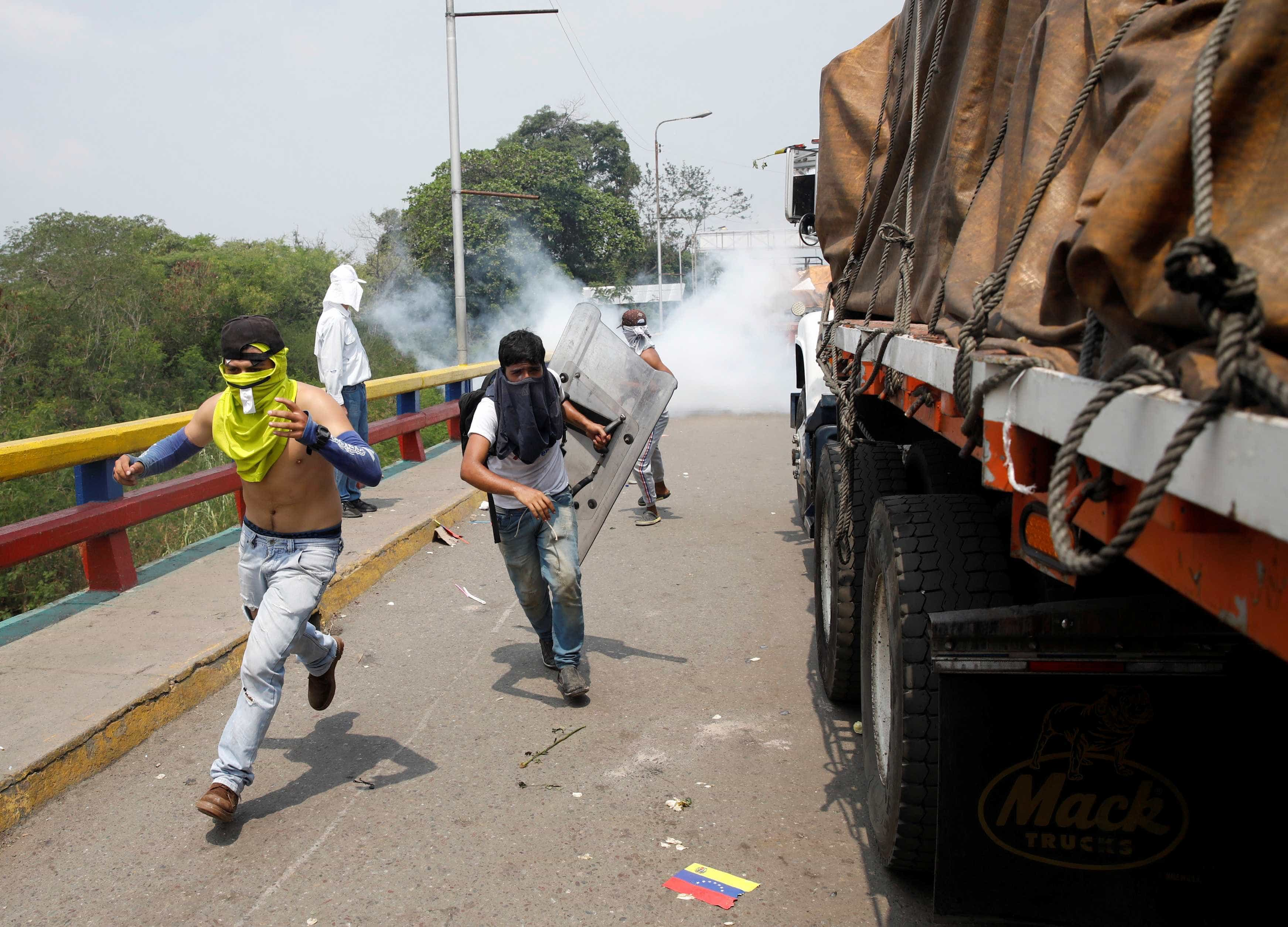 Comboios são recebidos com bombas entre Colômbia e Venezuela