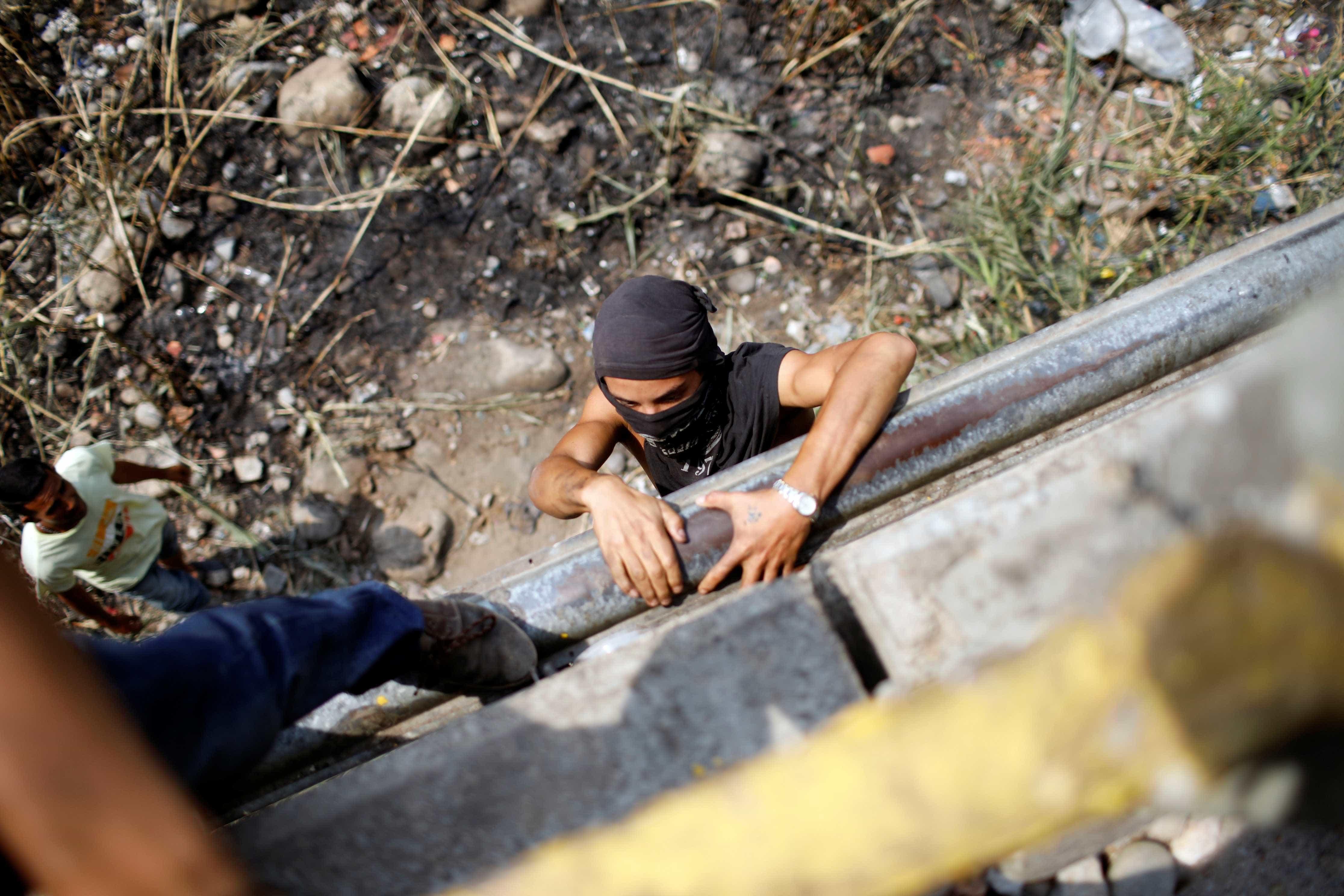 Com coquetéis molotov, venezuelanos cruzam fronteira com Colômbia