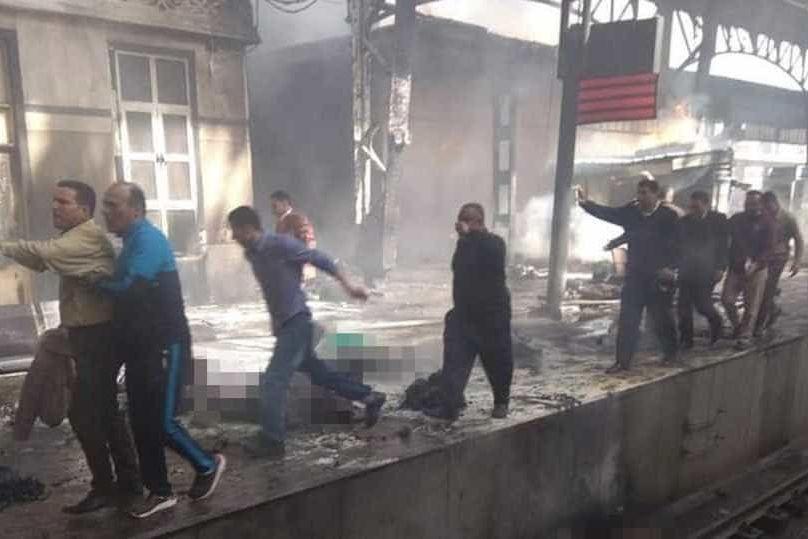 Incêndio após colisão de trens faz centenas mortos no Egito