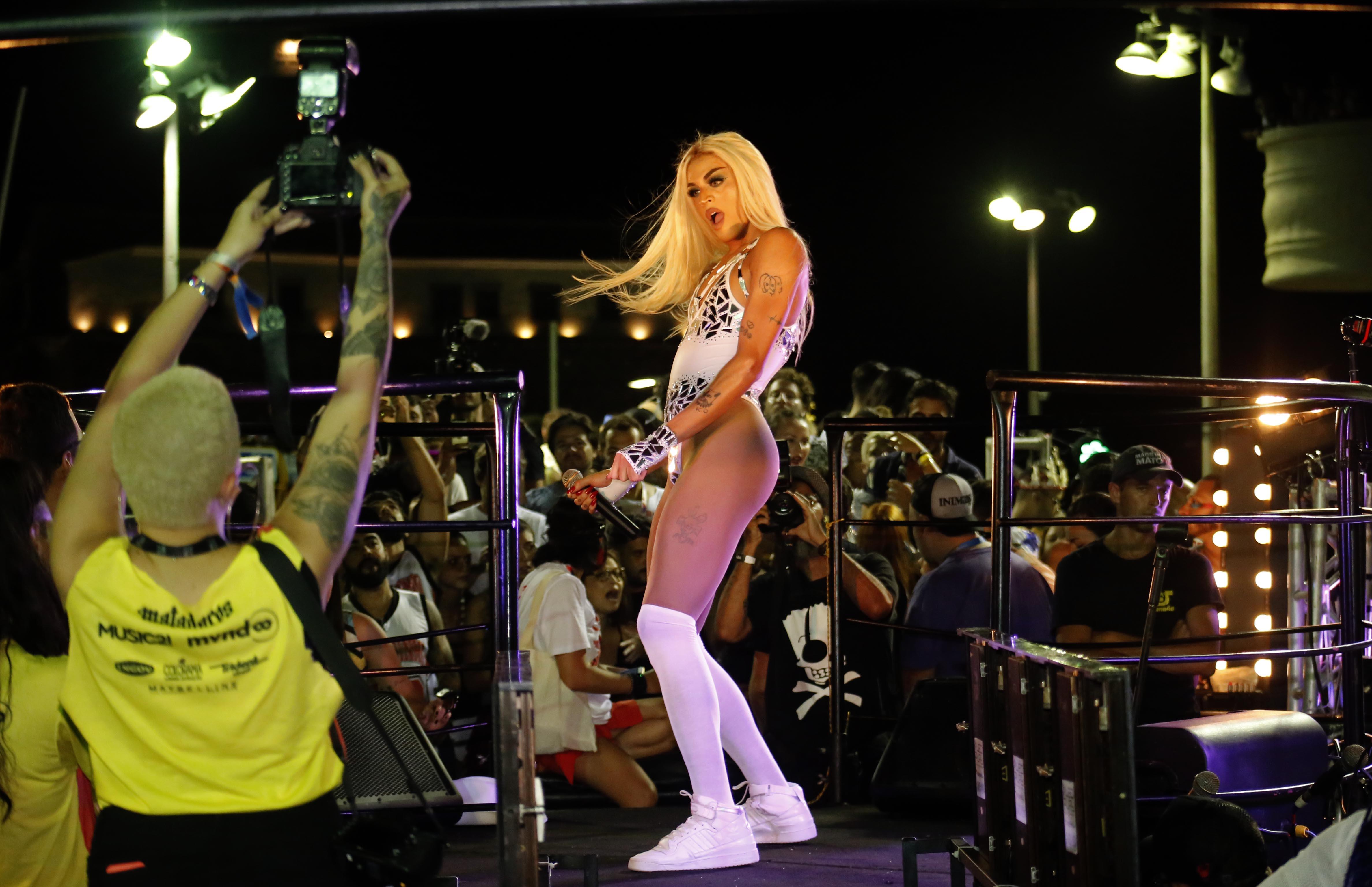 Pabllo Vittar se veste de Marilyn Monroe e usa prótese de silicone
