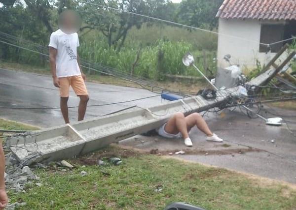 Mulher é atingida por poste após acidente em Saquarema