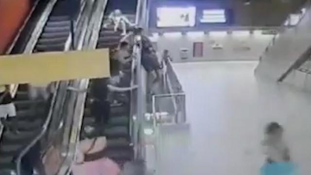 Folião se pendura em escada rolante do metrô e sofre queda