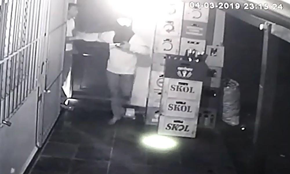 Jovem de 15 anos é morto a tiros em assalto ao bar do pai