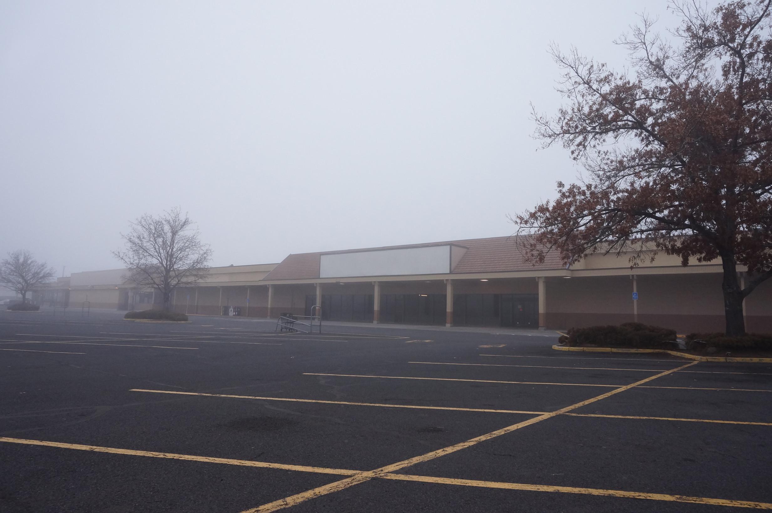 Teria coragem de passear por esses shoppings abandonados?