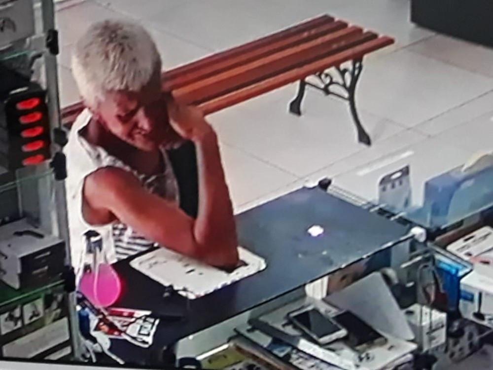 'Vovó do crime' é flagrada em vídeo furtando celular em loja