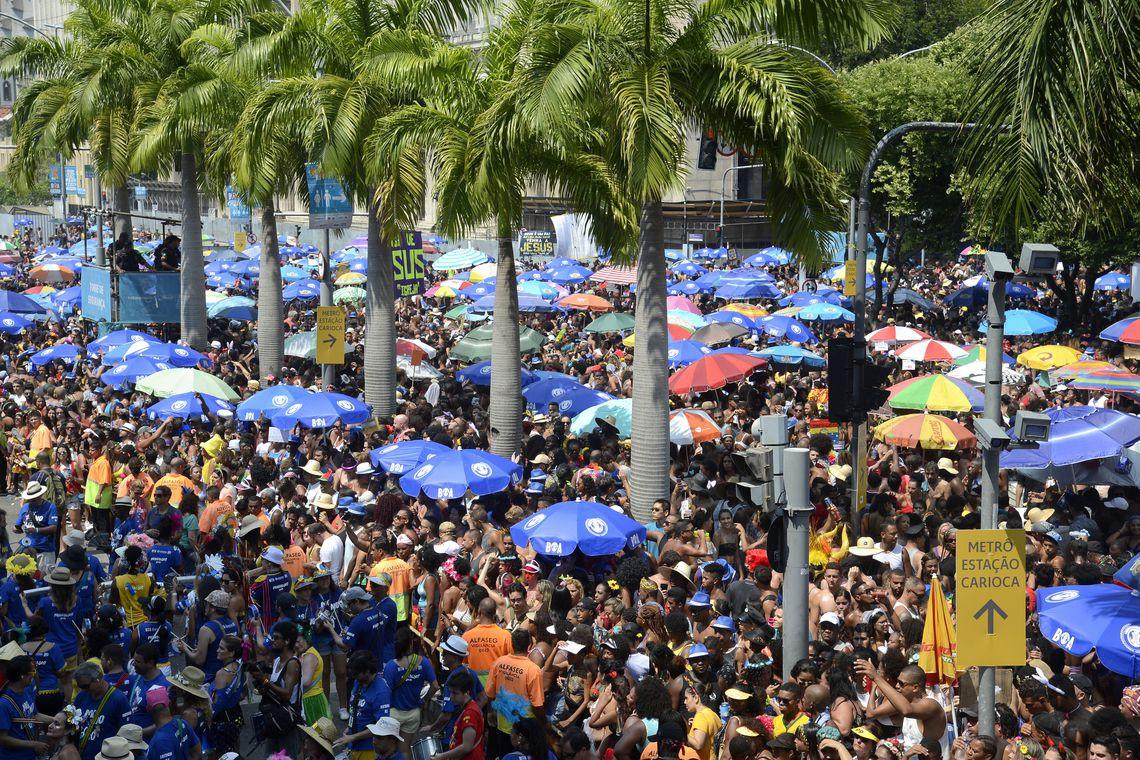 Monobloco arrasta multidão no último dia de carnaval de rua no Rio