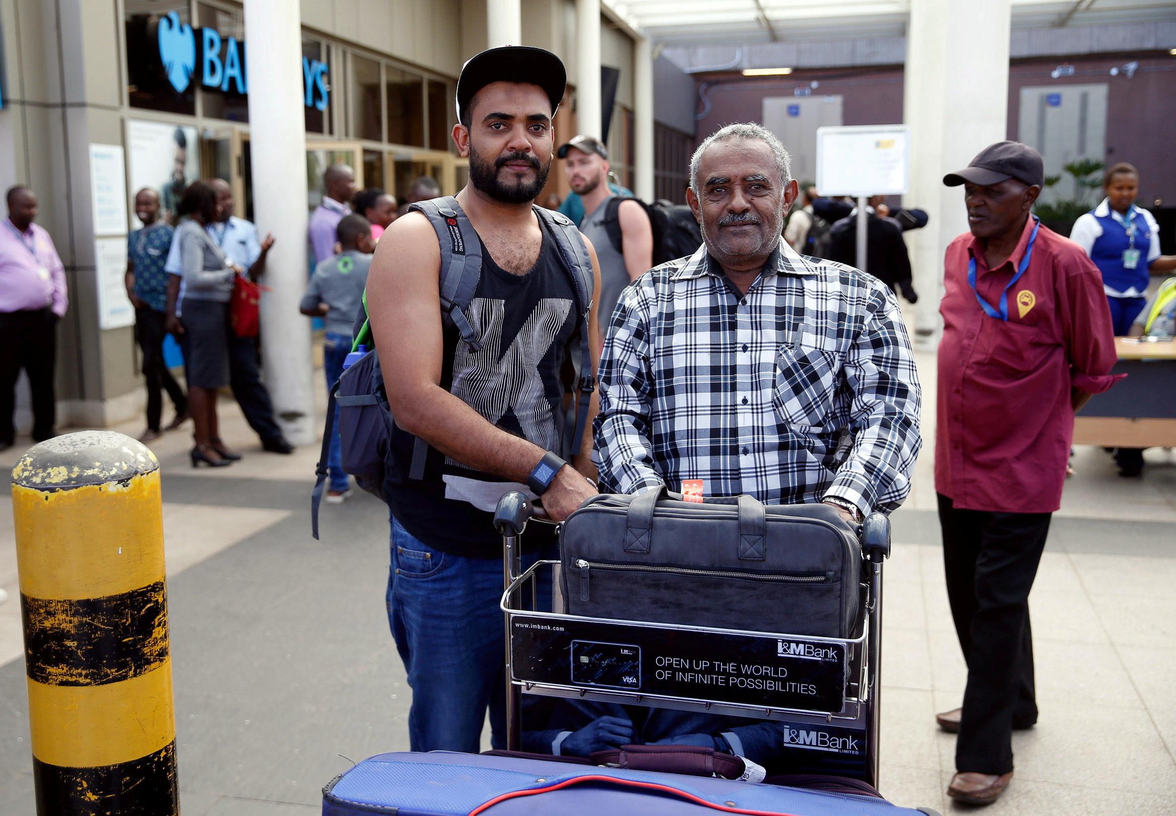 Homem que perdeu voo de avião que caiu na Etiópia é recebido pelo pai