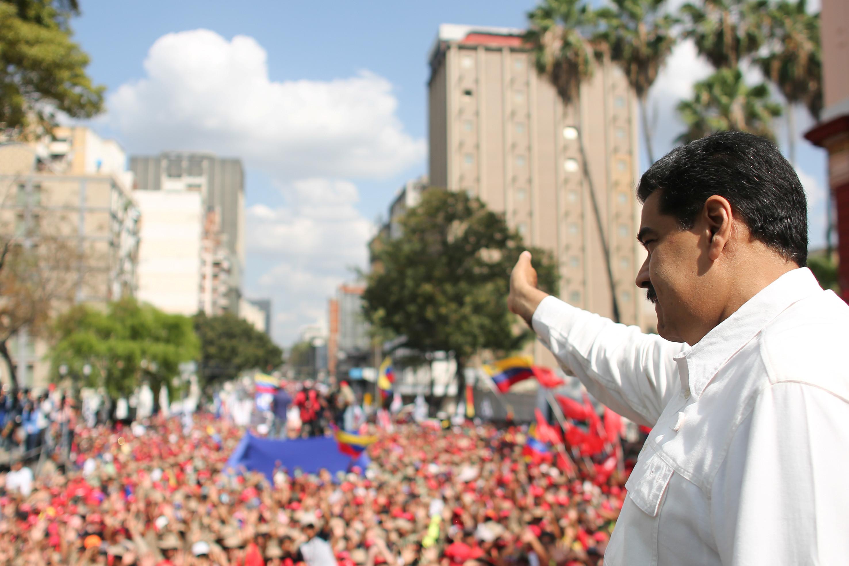 'Aqui ninguém se rende', afirma Maduro após ato em Caracas