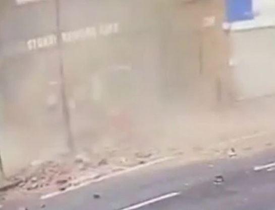 Homem escapa por pouco de ser atingido por tijolos; veja