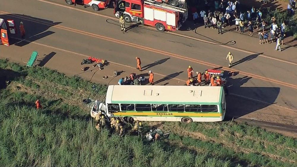 Batida entre carro e van escolar deixa 2 mortos e 16 crianças feridas