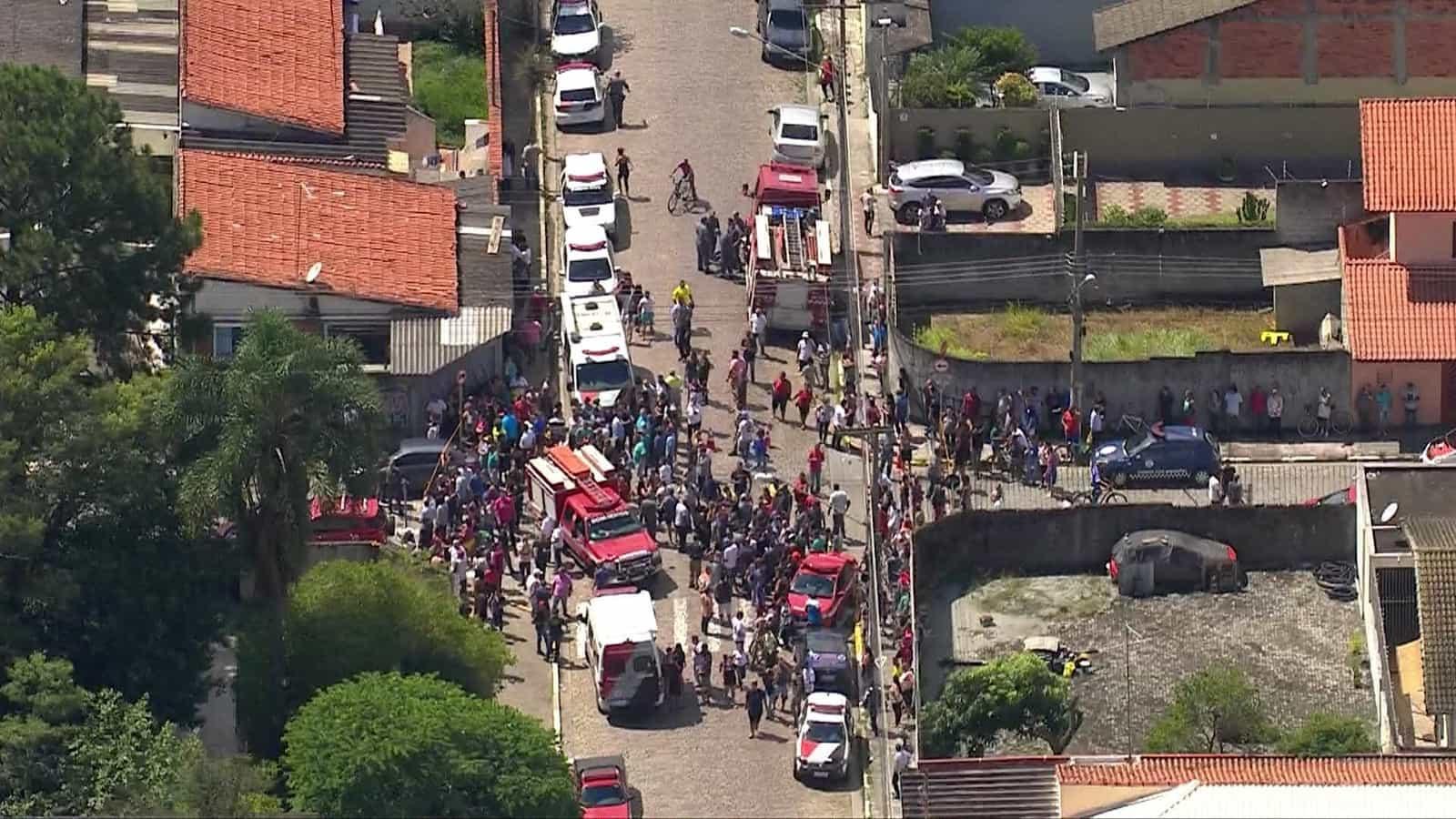 Dupla abre fogo contra alunos e pelo menos 10 morrem em escola de SP