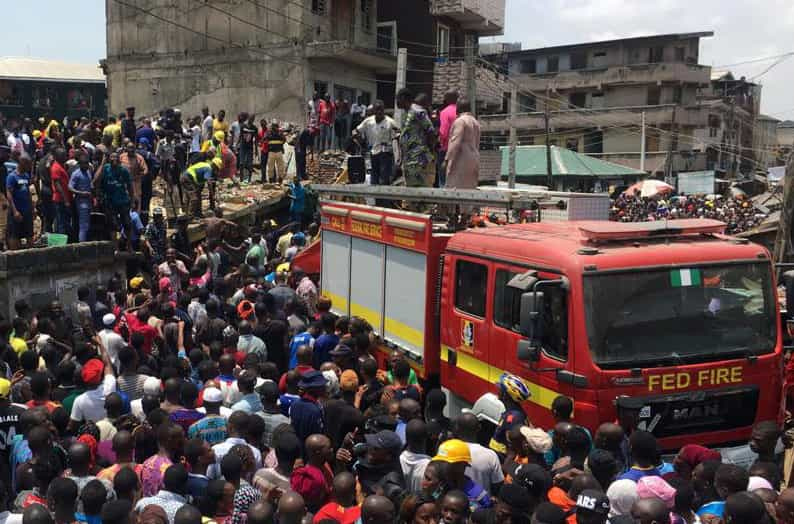 Imagens chocantes do resgate de crianças soterradas na Nigéria