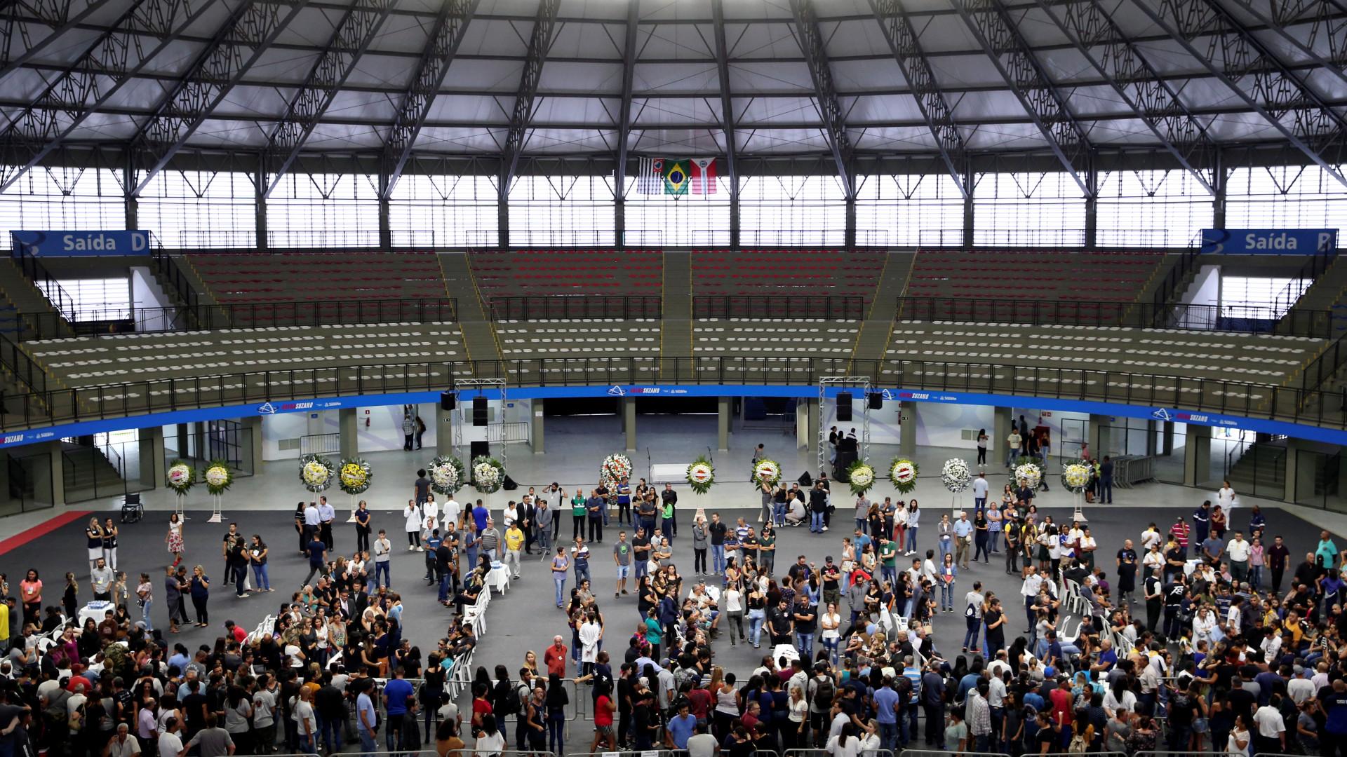 Famílias velam corpos de vítimas de massacre em ginásio de Suzano