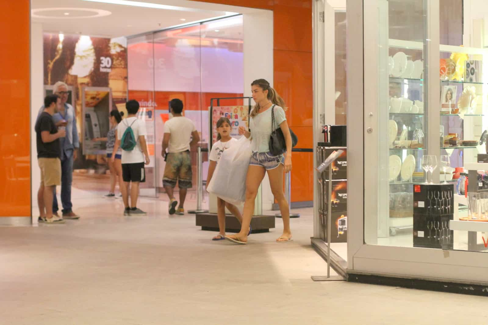 Grazi aproveita folga com a filha em shopping no Rio