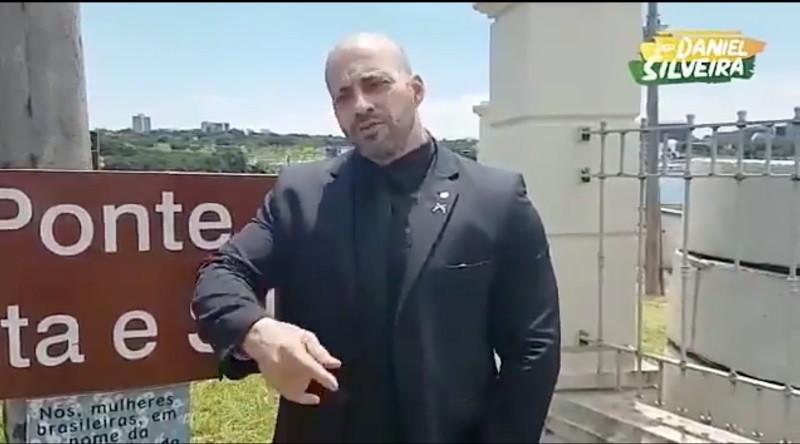 'Arrancarei mil vezes', diz deputado que arrancou placa de Marielle