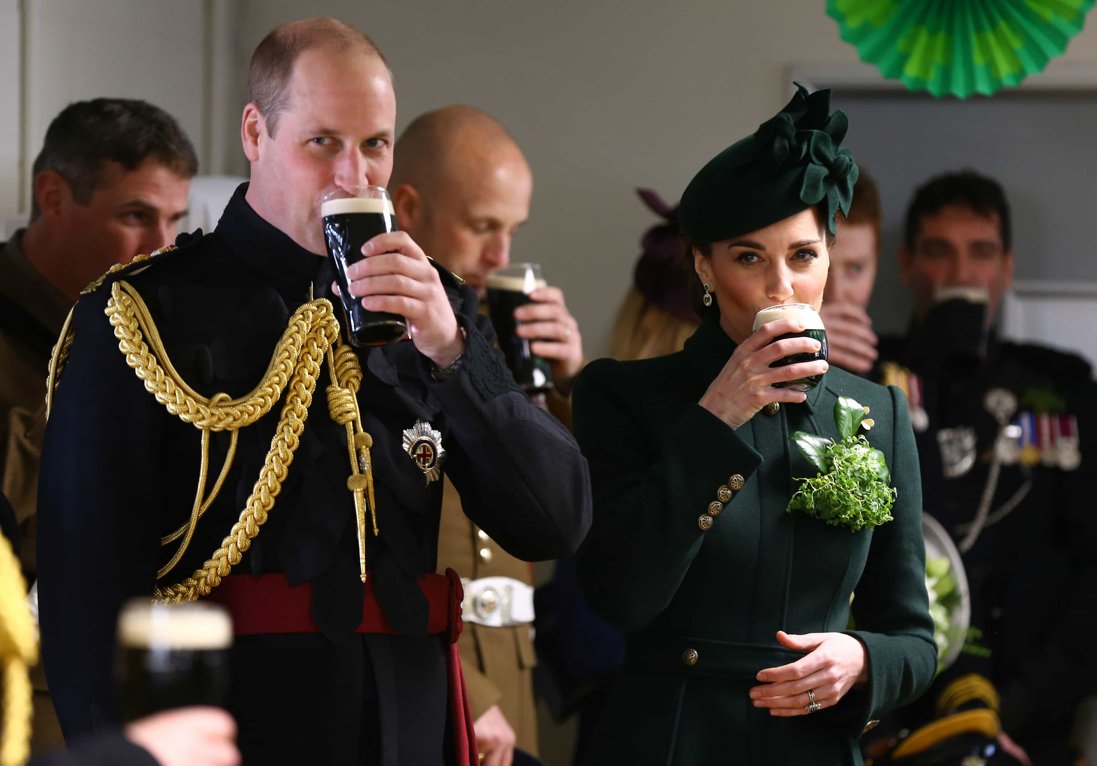 William e Kate Middleton festejam feriado bebendo cerveja; fotos