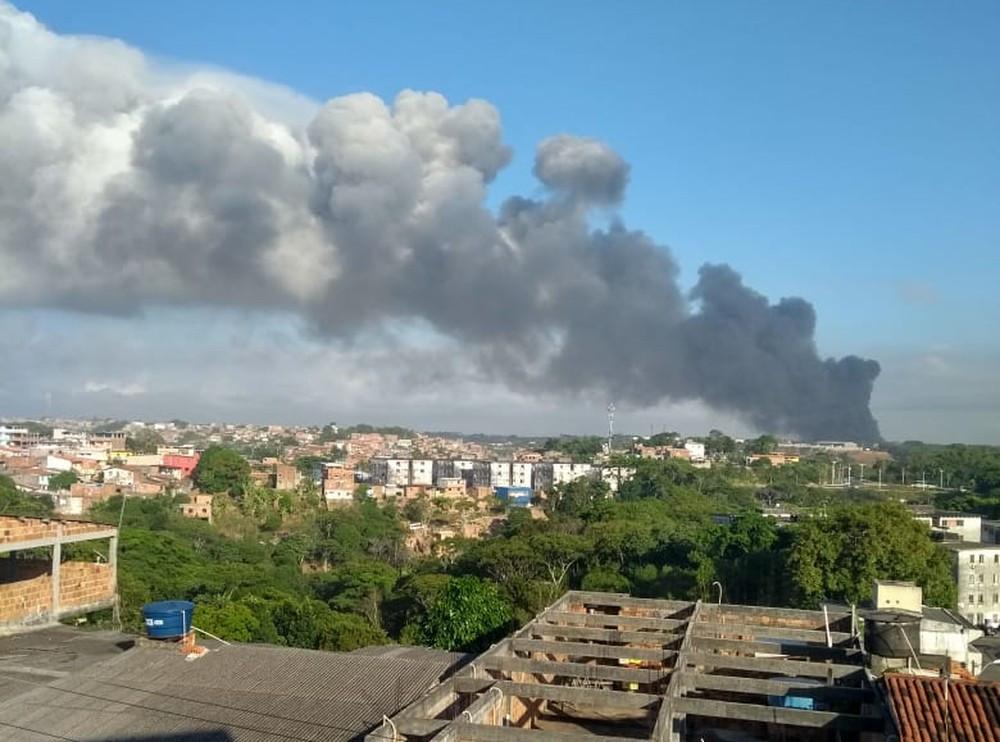 Incêndio em Salvador deixa bairro tomado por fumaça